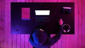Gamer eller banderoll som håller ögonen på en lek på skärmen av bärbara datorn Vit skärm royaltyfri fotografi