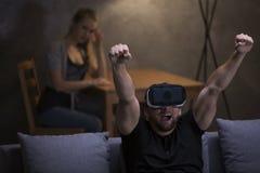 Gamer enthousiaste employant des lunettes de VR Photographie stock