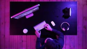 Gamer jouant un jeu sur l'ordinateur images libres de droits