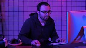 Gamer jouant un jeu sur un ordinateur images stock