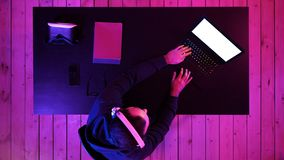 Профессиональный Gamer играя видеоигру на его ноутбуке Белый дисплей стоковое изображение rf