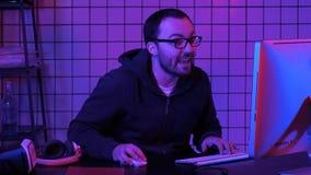 Gamer играя игру очень возбужденную и комментируя на игре стоковая фотография rf