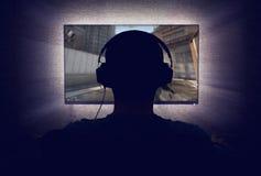 Gamer na frente de um monitor vazio fotografia de stock royalty free
