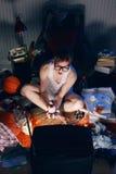 Gamer nerd het spelen videospelletjes op televisie Royalty-vrije Stock Foto's