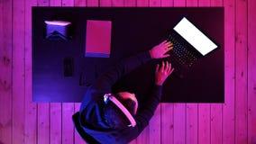 Gamer professionale che gioca flusso continuo dei video giochi Visualizzazione bianca fotografia stock
