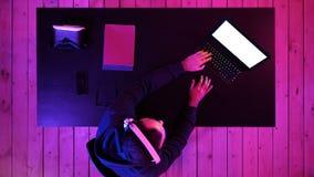 Gamer profissional que joga o jogo de vídeo em seu portátil Indicador branco vídeos de arquivo