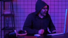 Gamer schreeuwt gek het gaan van nederlaag in het videospelletje die lijst met zijn vuist raken royalty-vrije stock afbeelding