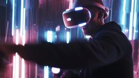 Gamer utilisant le casque de VR jouant dans le combat banque de vidéos
