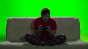 Gamer vele die uren aan de laag het spelen videospelletjes worden doorgebracht stock footage