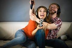Gamerpaare, die Spiele spielen stockbilder