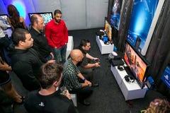 Gamers στο γεγονός έναρξης σταθμών PS4 παιχνιδιού στοκ εικόνες με δικαίωμα ελεύθερης χρήσης