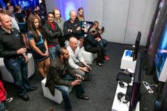 Gamers στο γεγονός έναρξης σταθμών PS4 παιχνιδιού στοκ φωτογραφία