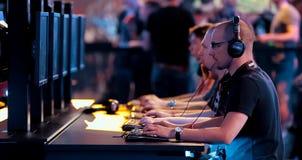 Gamers που παίζει ένα παιχνίδι στον υπολογιστή Ανταγωνισμοί στον ε-αθλητισμό στοκ φωτογραφία