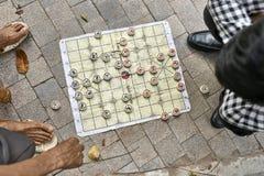 Gamers bawi? si? tradycyjnego azjatykciego szachy outdoors w Hanoi obraz royalty free
