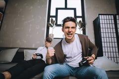 Gamers che giocano partito Fotografie Stock