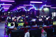 Gamers in de club van het nachtspel Stock Afbeelding