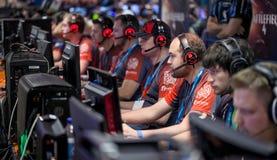 Gamers em um evento em linha do jogo fotografia de stock