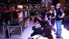 Gamers jouant des jeux vidéo, tournoi mortel annuel de Kombat banque de vidéos