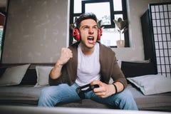 Gamers que jogam o partido imagens de stock