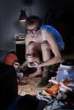 Gamersonderling, der Videospiele im Fernsehen spielt Stockbilder
