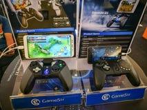 Gamesir G4s en G5 gokken uiteindelijk controlemechanisme voor het verbinden met mobiel telefoongokken, die bij gamergebeurtenis t stock fotografie
