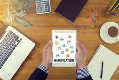 GAMIFICATION επιχειρηματίας που εργάζεται στο γραφείο γραφείων και που χρησιμοποιεί comput Στοκ εικόνες με δικαίωμα ελεύθερης χρήσης