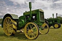 Gamla återställda John Deere traktorer på skärm Fotografering för Bildbyråer