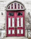Gamla övergav kyrkliga dörrar - Janesville, WI royaltyfri foto