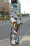 Gamla affischer på en stolpe för gatalampa Royaltyfri Fotografi