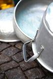 Gamla aluminiumkrukor Arkivfoton