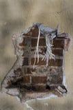 Gamla aluminum kablar i väggen i den historiska militära byggnaden i Lettland Arkivbild