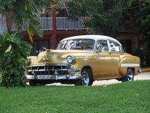 Gamla amerikanska bilar i Kuba Arkivbild