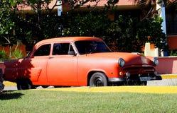 Gamla amerikanska bilar i Kuba Royaltyfri Fotografi