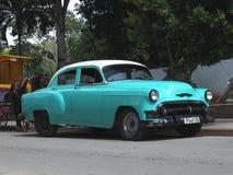 Gamla amerikanska bilar i Kuba Royaltyfri Foto