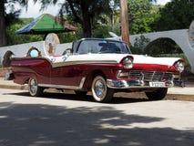 Gamla amerikanska bilar i Kuba Arkivfoto