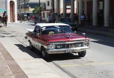 Gamla amerikanska bilar i Kuba Royaltyfria Bilder