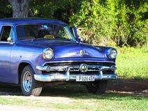 Gamla amerikanska bilar i Kuba Arkivbilder