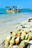 Gamla amfora p? kusten av medelhavet i Djerba, Tunisien royaltyfri bild
