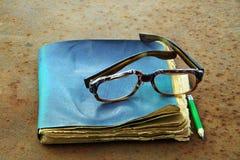 Gamla anteckningsbok, blyertspenna och exponeringsglas Royaltyfri Fotografi