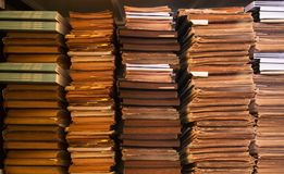 Gamla antika böcker på bokhyllan, bokhyllabakgrund, bunten av gamla böcker och legitimationshandlingar arkivfoton