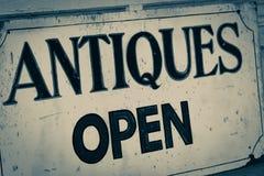 Gamla antikviteter shoppar det öppna tecknet Royaltyfria Foton