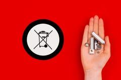 Gamla använda batterier och symbol för avfallfack arkivbild