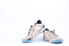 Gamla använda blåa slitna ut futsal isolerade sportskor på vit bakgrundsfotboll Arkivfoton