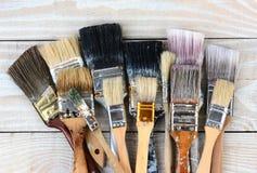 Gamla använda målarfärgborstar Arkivbilder