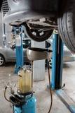 Gamla använda olje- filter Utrustning för olja som ändrar i bilreparationsstation arkivfoto