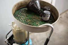 Gamla använda olje- filter Utrustning för olja som ändrar i bilreparationsstation royaltyfri bild