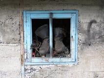 Gamla arbetarkängor i fönstret royaltyfria foton