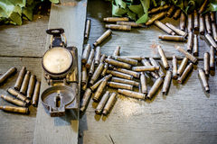 Gamla armékompass och kulor Royaltyfri Foto