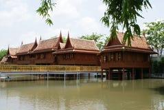 Gamla asiatiska summerhouses på lakesiden royaltyfria bilder