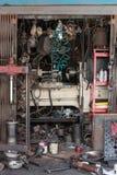 Gamla Autoshop med massor av hjälpmedel framme Royaltyfria Foton